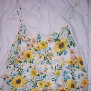 🌻 F21 top with beautiful floral design!
